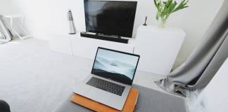 Computadora y televisión conectada