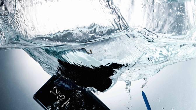 Note 8 sumergido en el agua