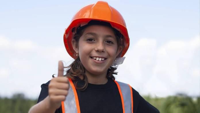 Niña con casco de construcción
