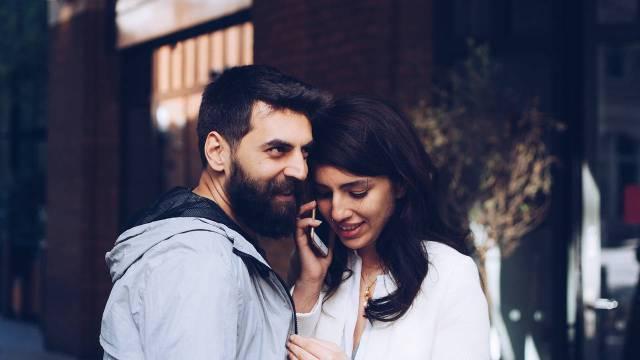Dos personas en una llamada