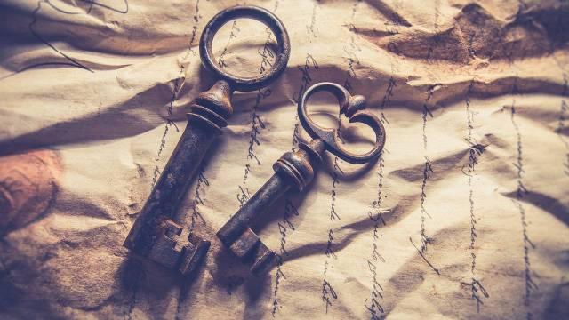 Dos llaves sobre una hoja