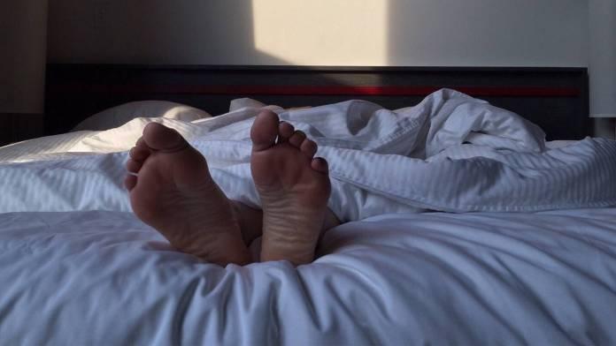 pies de una persona en una cama