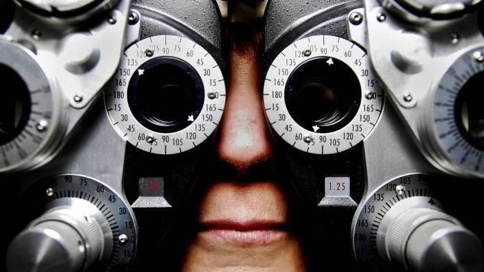 una persona con un tipo de binoculares