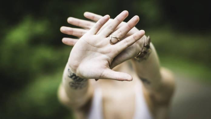 Persona juntando las manos