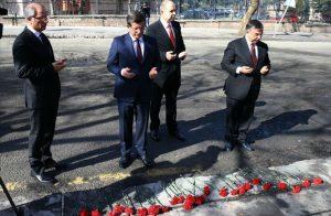 Dönemin başbakanı Davutoğlu, Ankara Merasim Sokak'taki saldırı sonrası, dönemin İçişleri Bakanı Efkan Ala ve Milli Savunma Bakanı İsmet Yılmaz ile birlikte, saldırının düzenlendiği alana karanfil bırakmaya geldi.
