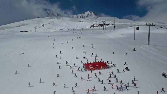 250-kayakci-sehitlerimiz-icin-erciyes'te-tek-yurek-olduk