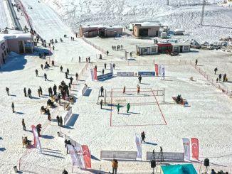 yedikuyular kayak merkezinde kar voleybolu turnuvasi duzenlendi