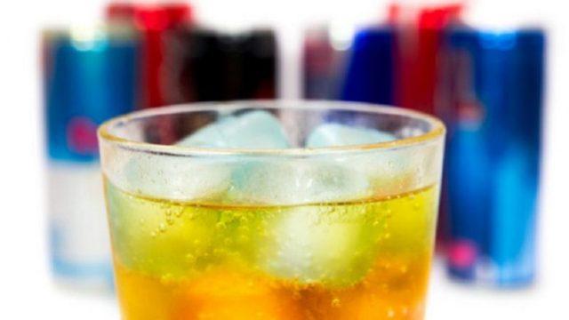 Helmohen tre fëmijë nga pijet energjetike