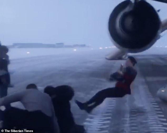 'Largohuni menjëherë. Aeroplani do të shpërthejë': Frikë nga zjarri, aeroplani detyrohet të bëjë një ulje emergjente (Foto/Video)