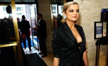Bebe Rexha mahnit me dukjen në TFF Awards, duket elegante me kostum të zi
