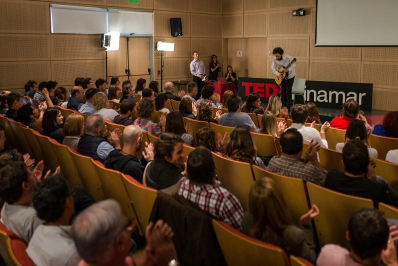 Gil se despide ante un auditorio agradecido con su conocimiento de la guitarra. (Fotos Diego Medina)