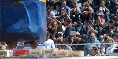 Ningún espectador quiso dejar de retratar todo lo acontecido en el Polideportivo (Fotos Ricardo Stinco).