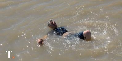 Barrera, durante sus primeros momentos en el agua luego de lanzarse desde el muelle.