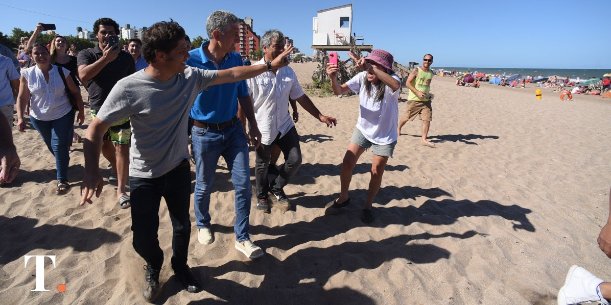Así llegaba Kicillof a la playa en Villa Gesell en enero pasado. (Foto Ricardo Stinco).