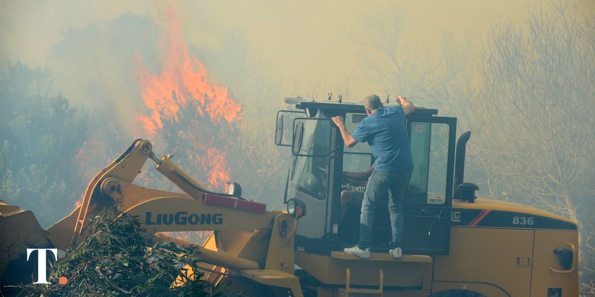 Barrera, sobre una de las máquinas utilizadas para detener el incendio. (Fotos Ricardo Stinco)