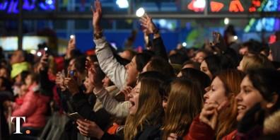 Una multitud se concentró en la plaza para disfrutar del recital gratuito.