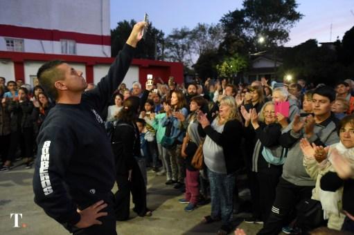 Una gran cantidad de vecinos se acercó a reconocer a los bomberos de Villa Gesell. (Fotos Ricardo Stinco)