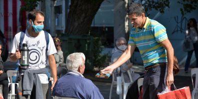 Reparto de alfajores, agua y café para jubilados y beneficiarios de asignaciones.