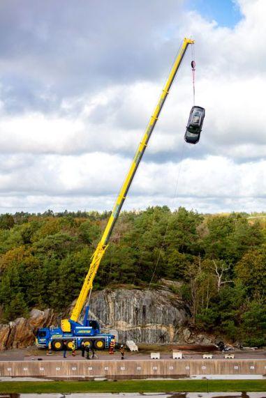 Motivul pentru care Volvo a distrus 10 mașini aruncându-le de la o înălțime de 30 de metri