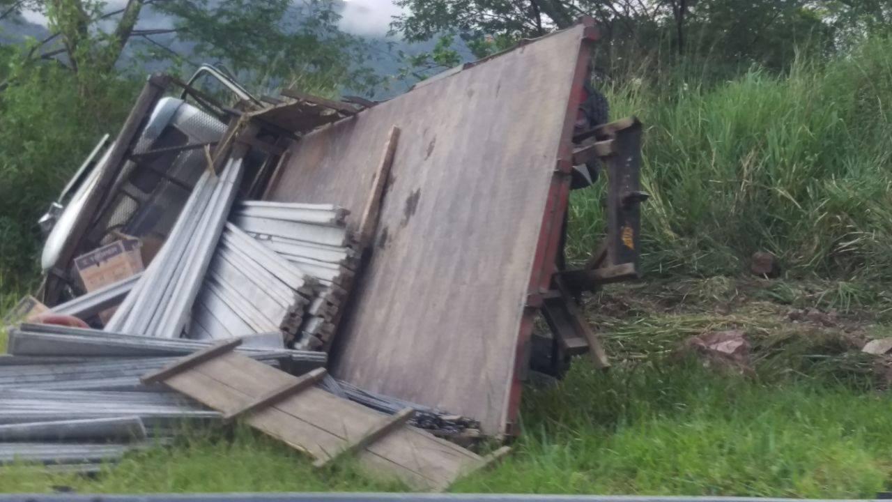 Un fallecido dejó vuelcó de camión en cuesta La Kukamonga.
