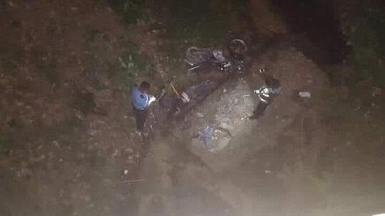 Motociclista muere al precipitarse de un puente