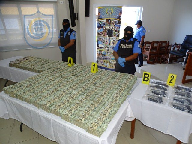 Policía incauta más de dos millones de dólares y 8 armas de fuego.