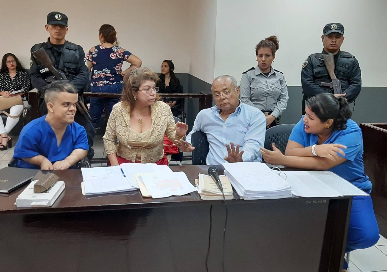 Hombre con enanismo y en silla de ruedas admitió matar a sus padres en Managua.