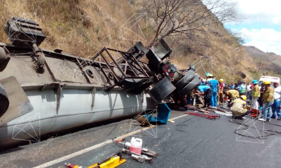Cisterna se vuelca en cuesta La Cucamonga y deja una persona fallecida y varios lesionados