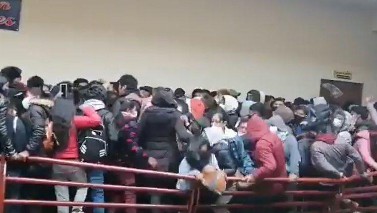 Siete estudiantes universitarios murieron al caer de un cuarto piso en Bolivia