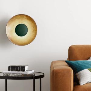 Woonfavorieten; ladekast van mango- en acaciahout, kek stoeltje met palm print + studio-geïnspireerde wandlamp