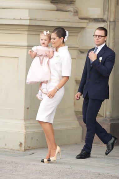 When-Princess-Estelle-Rocked-Bow-Duchess-Complemented-Her-Look-Floral-Headpiece