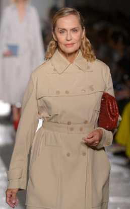 lauren-hutton-walking-at-bottega-veneta