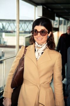 sidensjal, solglasögon, camel och brunt skinn -71