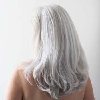 ljus grått hår