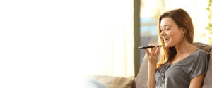 TellusTalk bakgrundsbild för prissidan, föreställer en bild på en ung kvinna i grå topp