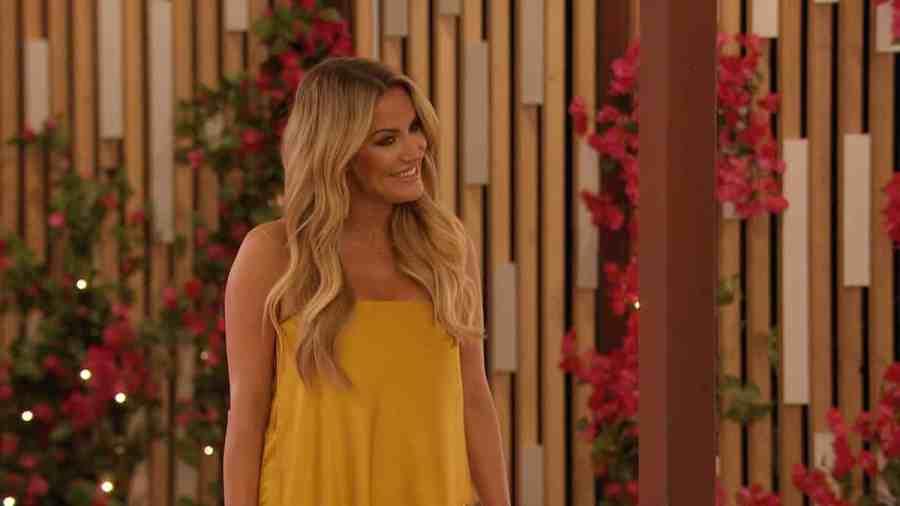 Caroline arrives at the villa.