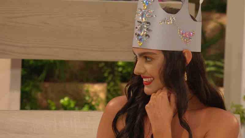 Siânnise wears her crown.