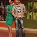 Kapil posing with Esha Gupta
