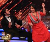Sreesanth dances with Vidya on Lungi Dance