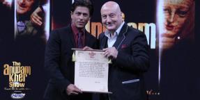 Anupam ji conferring SRK with a certificate/memento