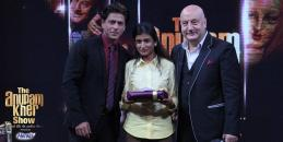 SRK gives an elegant pose with Pallavi and Anupam Kher