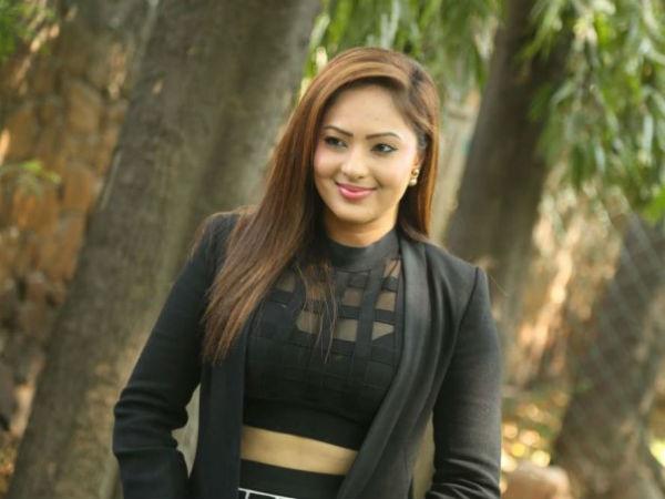 10 1494425759 nikesha patel 675 ఆ హీరోను చేస్తే అసహ్యం వేస్తున్నది.. సిగ్గుతో చస్తున్నా.. పవన్ కల్యాణ్ హీరోయిన్ ఫైర్   Pawan Kalyan Heroine Nikesha Patel blasts on Tollywood Hero.
