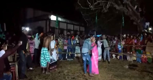 Contest for longest kiss – Enthusiasts couples in Jharkhand
