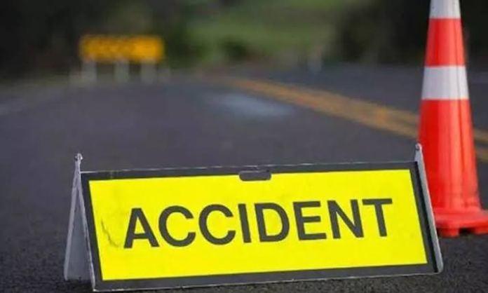 18 labourers hurt after auto overturns in Hyderabad