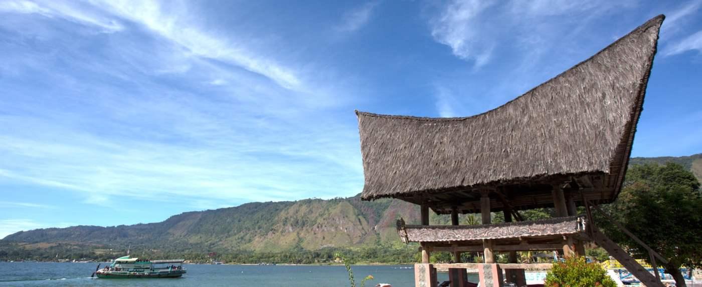 Bersepeda di pinggir Danau Toba
