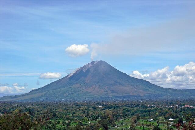 Gunung Kembar di Indonesia ternyata nggak cuma Sumbing dan ...