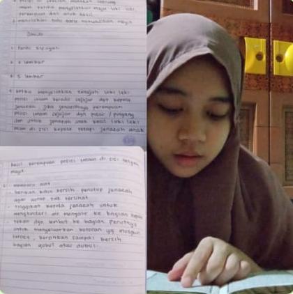 murid SMP belajar daring dengan memperlihatkan bukunya