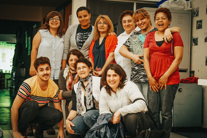 Ajudando na organização de um evento de fim de ano da ONG CEPROSDIH. ONG que profissionaliza mulheres da periferia de Montevideo.