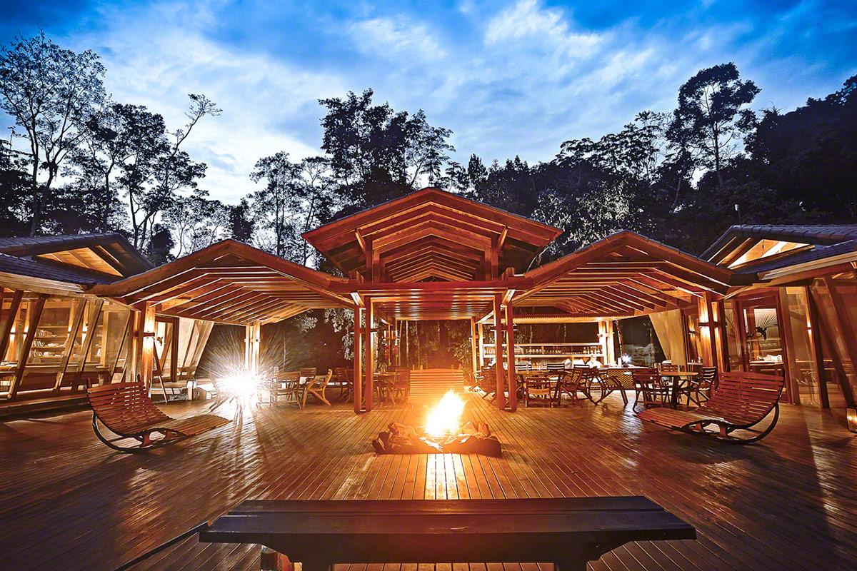 área comum do Cristalino Lodge, uma das maiores referências em sustentabilidade no Brasil