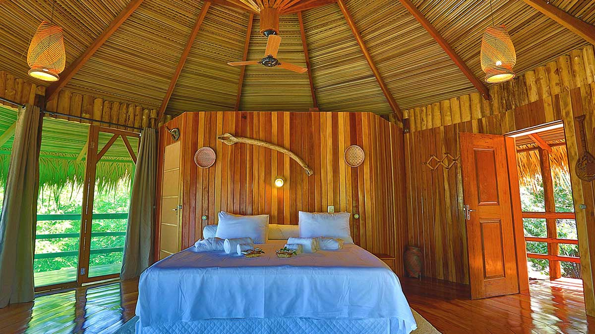 A decoração dos quartos do Juma Lodge é toda feita com artefatos indígenas e ribeirinhos da região